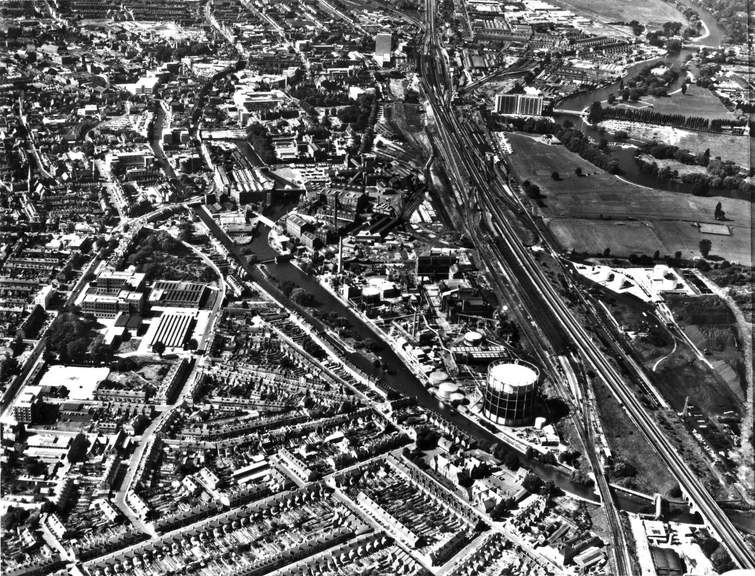 Aerial view of Reading and Huntley & Palmers factory and gasworks, 1960s