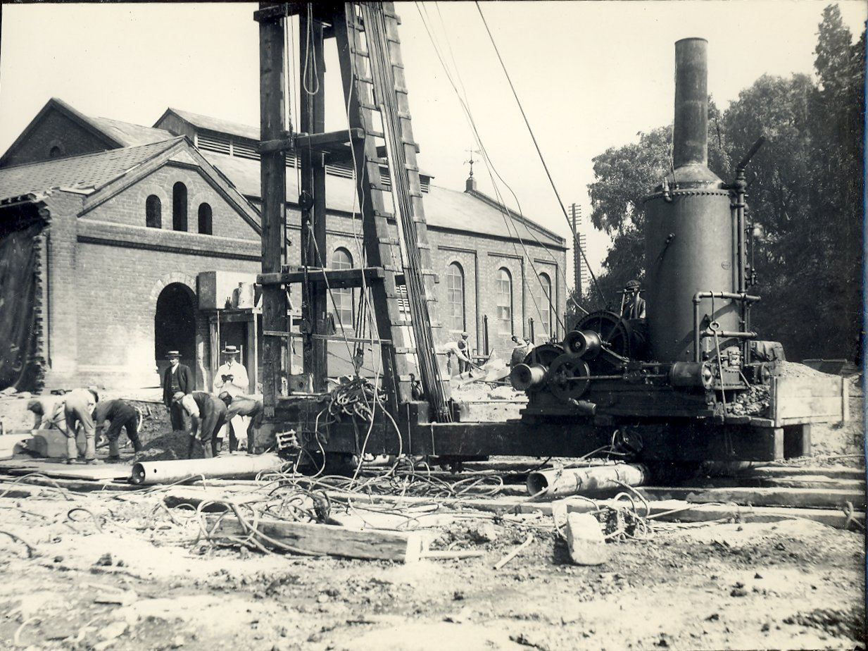 Pile driver at foundation of no.4 gasholder, Reading Gasworks, about 1905