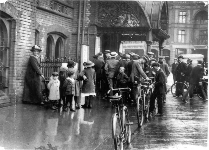Crowds outside Reading Town Hall on the day the First World War was declared.