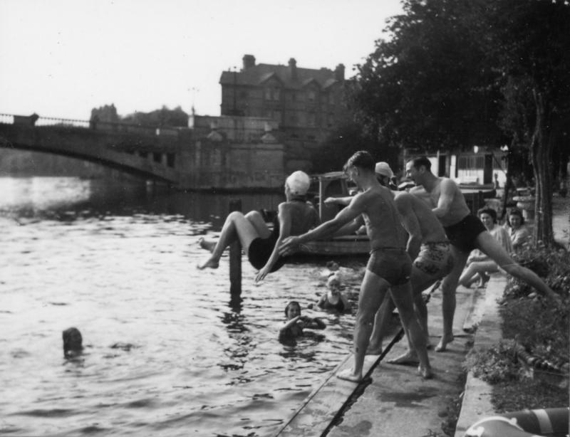Bathing at Freebody's lido by Caversham Bridge, 1945