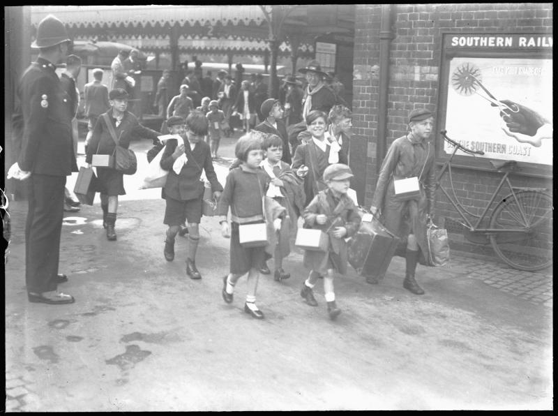 evacuee children arriving at Reading Station in September 1939