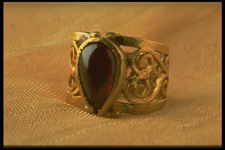A filigree gold finger ring set with a pyrope garnet, from Silchester, excavated by the Society of Antiquaries in 1894 (REDMG : 1995.2.1)